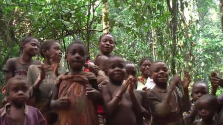 非洲即将消失的原始部落, 8岁开始生儿育女, 女人用乳汁和果汁化妆