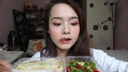 吃货哎呦阿尤今天吃大肘子和扬州炒饭, 还有这辣椒也是辣没谁了