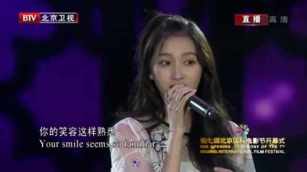国民闺女关晓彤在国际电影节上, 用这首歌证明自己的唱功