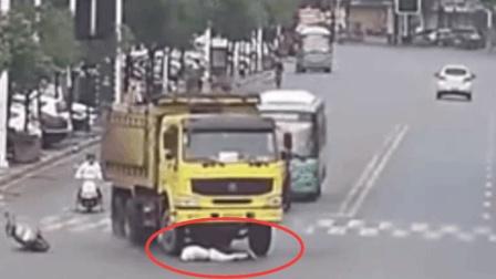 电瓶车抢道大货车, 钻车底险被碾压, 老司机这个车技让他永生铭记