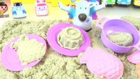 小警车珀利和小企鹅啵乐乐在沙滩玩太空沙, 做出美味的蛋糕菠萝和玉米