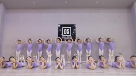 小孩子跳起舞来真的是太清新可爱了