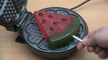 把西瓜软糖放进电饼铛里, 看西瓜软糖的惨状, 你还能吃得下去吗?