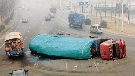 电动车闯红灯害大货车侧翻, 本以为事故结束, 不料3秒后悲剧又来袭!