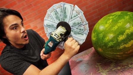 老外用3400元美钞装角磨机切西瓜? 网友: 钱给我, 我给你切西瓜!