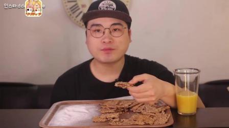 韩国大胃王胖哥, 吃麦麸饼干, 一点味道没有, 蘸着白糖才能吃下, 嘎巴脆, 这哪是减肥餐啊!