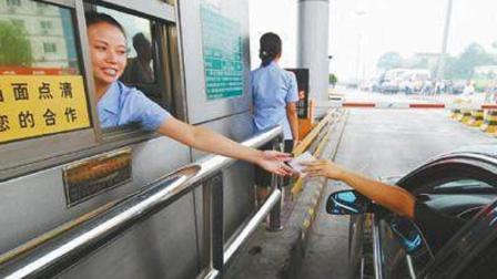 交警提醒: 过收费站时不能这样拿卡, 已有3000多名司机扣分罚200