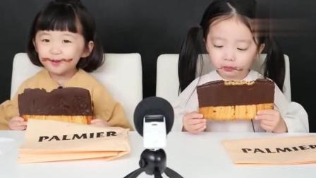 吃播大胃王: 萌宝宝吃巧克力饼干, 太可爱了又想骗我生女儿!