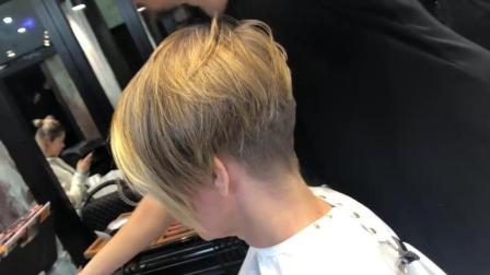 快速修剪一款个性短发, 这个发型师很厉害