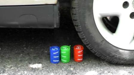 把三罐水晶泥放在车轮下, 然后启动汽车, 你猜它会变成什么样?
