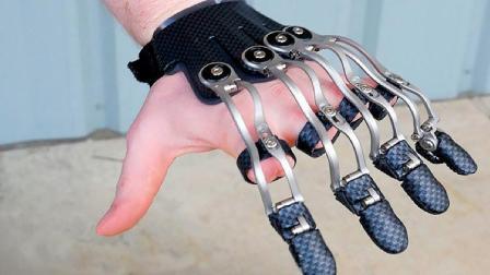 老外发明的假手指, 用3D打印制作而成, 能帮残疾人拿东西