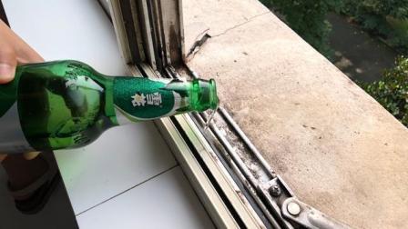 啤酒倒在窗台缝隙上, 很多人不明白原因, 但试过的人都说实用