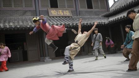老版《水浒传》最经典的武打片段, 唢呐一响多少人跟着踢翻了桌子