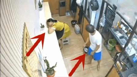 女店员在后厨睡着了, 男子竟做出丢人画面
