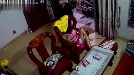 男子赤脚入室, 拿走小女孩手中的平板电脑, 监控拍下全过程