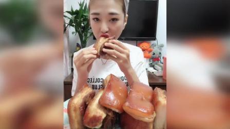 姐姐吃起吊炉五花肉, 味道不错, 看起来很有食欲的样子!