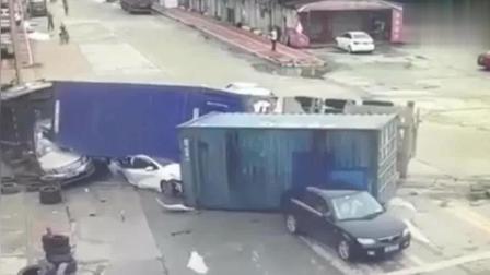 大货车路口发生侧翻, 白色轿车惨不忍睹, 监控拍下这一过程