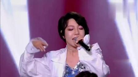 还记得《中国好声音》里的吴莫愁吗, 如今脱胎换骨似仙女