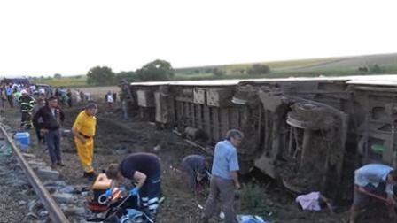 土耳其火车出轨造成10人死 强降雨致路基塌陷