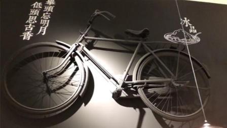 餐馆墙面上挂自行车 这家装修复古又穿越
