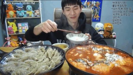 大胃王奔驰小哥吃一锅乱炖泡面和饺子, 最后还得再吃份拌饭