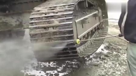 老外用高压水枪清洗挖掘机, 几厘米厚的泥土落了一地!