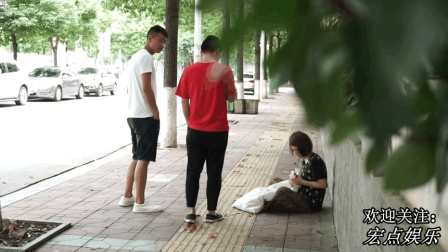 弟弟找姐姐要钱买手机, 结果在街边看见坐在地上姐姐, 弟弟感动了