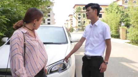 女子靠着车休息, 车主却要她赔偿1000元, 不料最后却把车主坑了
