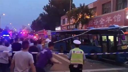 济南公交车不明原因溜车 致1人死亡3人受伤