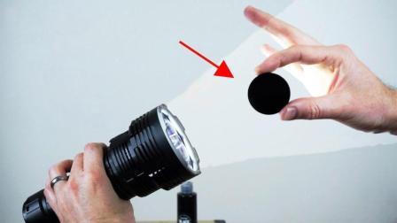 拿世界上最亮的手电照世界上最黑的黑色, 猜猜结果会怎样?