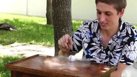 乒乓球加上液氮, 1分钟转30000转, 网友: 技术没咱强, 但他会玩啊!