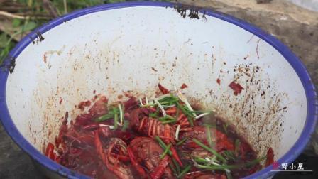农村小伙在野外做龙虾吃, 用柴火烧煮出来的, 看着比夜市的好吃