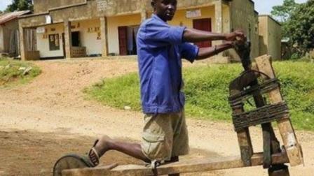 非洲穷人用木头造自行车, 能承重300斤, 当地人把它当宝贝!