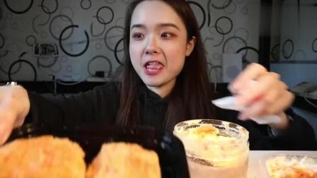 上海萌妹子吃播: 萌妹子吃肉松面包, 一口一个看着很美味