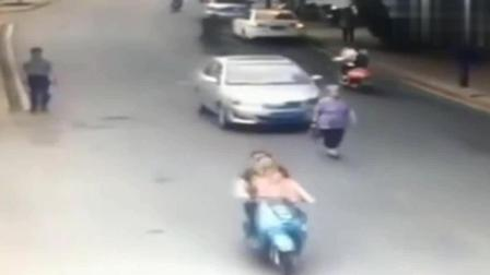 大妈若无其事的走在路中间, 以为没人敢撞他, 监控却拍下这样一幕