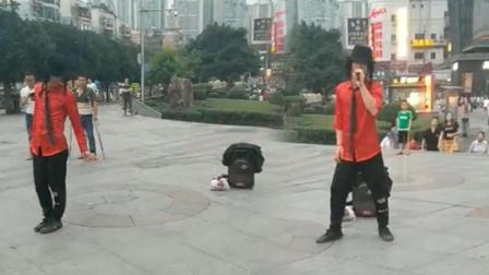 小伙自称母亲去世 街头唱跳求支持