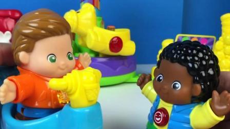小孩子和他的朋友开玩具车玩耍