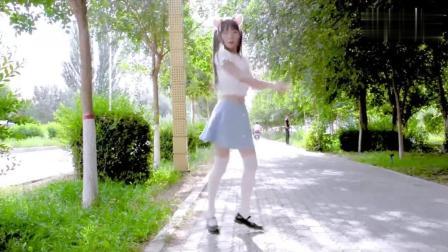 萌系小姐姐马路边跳《学猫叫》, 路过的帅哥一直回头看!