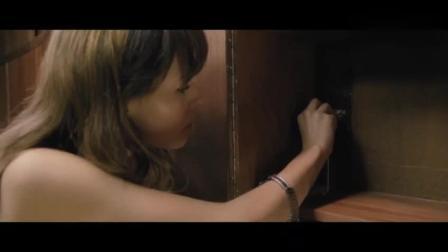 女子被关在小黑屋, 每天都看着丈夫和闺蜜幸福的生活