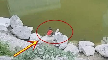俩孩子在河边玩耍, 突然脚下一滑, 还来得及吗
