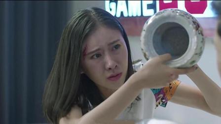 女孩捡到一个盆子, 只要不断的打自己, 盆子里面就会变出钱来
