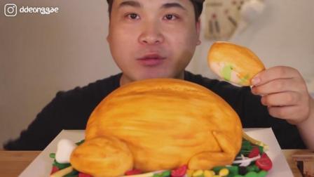 韩国大胃王胖哥, 吃烤鸡形状的蛋糕, 配牛奶, 大口吃的太香了