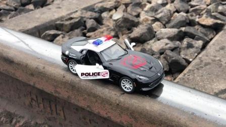 把玩具警察放到铁轨上, 会发生什么事?
