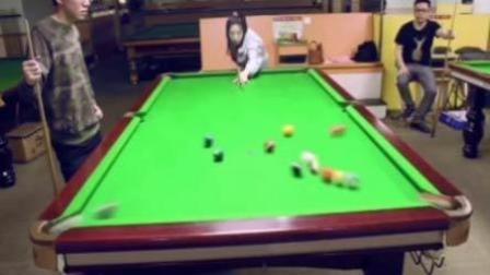 小姑娘打桌球遭冷眼 一杆了过去小伙傻了眼