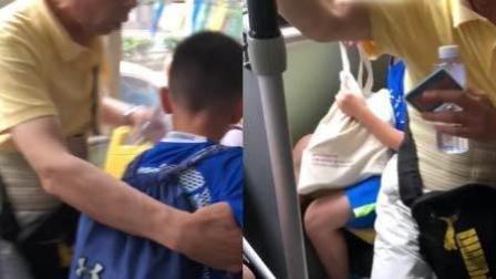 为强迫孩子让座 老人硬坐其腿上引争议