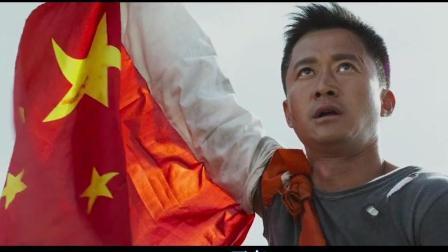 """""""自豪""""用手臂升起一面五星红旗, 救下一大批中国人"""
