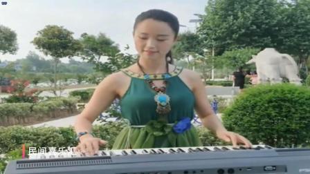 美女用电子琴弹一首非常经典的歌, 很多人都听过