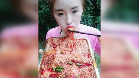 姐姐吃起超辣金针菇, 大口吃的过瘾, 姐姐好能吃辣啊!