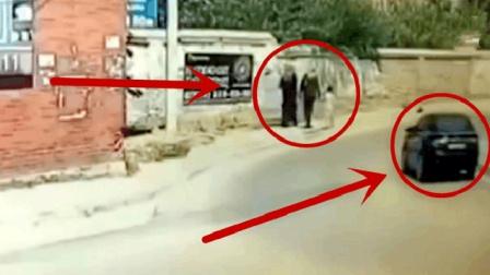 一家三口正在路边走路, 丝毫没有感觉到身后不对劲!