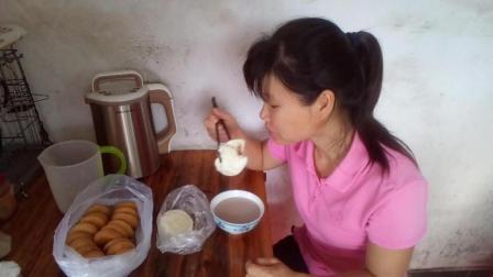 早餐食谱 核桃仁豆浆+肉包子+蛋糕